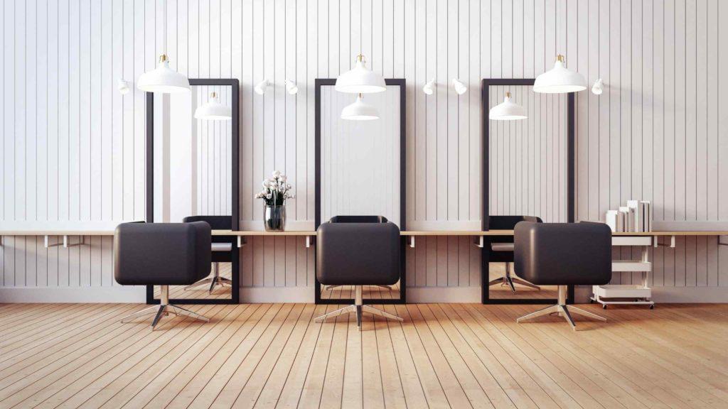 três cadeiras em um salão de beleza