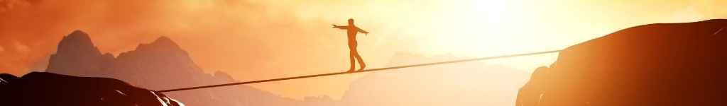 Andando na corda no precipício